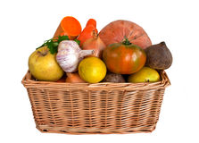 篮子柳条的果菜类 免版税库存照片