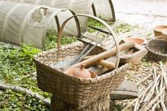 篮子殖民地园艺工具 图库摄影
