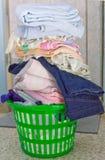 篮子溢出的洗涤 库存图片