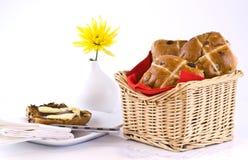 篮子热小圆面包的交叉 库存图片