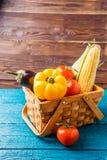 篮子照片与秋天菜的 库存图片
