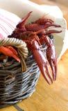 篮子煮沸的小龙虾 库存图片