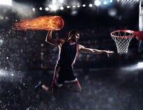 篮子球员在体育场投掷火球 免版税库存图片
