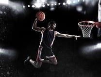 篮子球员在体育场投掷球 库存图片