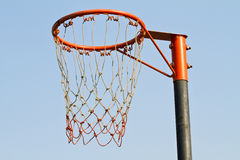 篮子球板在与白色云彩的蓝天下 库存照片
