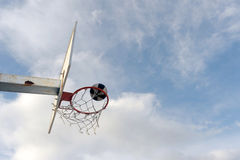 篮子球板在蓝天下 库存图片