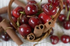 篮子用与词根的红色樱桃和瓶子用樱桃 图库摄影
