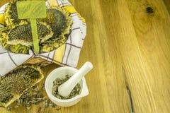 篮子用向日葵和灰浆与被击碎的种子 免版税库存图片