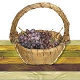 篮子用在一个木难看的东西的红葡萄崩裂了桌 免版税库存图片