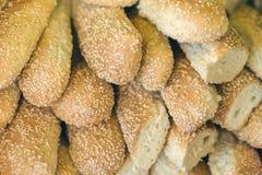 篮子用在瓶背景的新鲜面包大面包酒 免版税库存图片