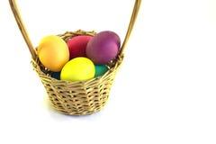 篮子用在白色背景隔绝的复活节彩蛋 免版税库存图片