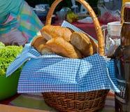 篮子用在蓝色餐巾的新月形面包 免版税库存图片