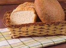 篮子用在餐巾的白面包 免版税图库摄影