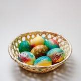 篮子用复活节彩蛋在桌上说谎 有题字的一个地方 库存图片