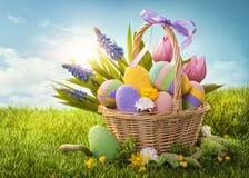 篮子用复活节彩蛋 图库摄影