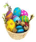 篮子用复活节彩蛋和柔荑花 免版税库存图片