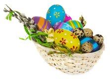 篮子用复活节彩蛋和柔荑花 免版税库存照片