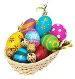 篮子用复活节彩蛋和柔荑花 库存照片