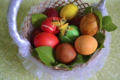 篮子用复活节彩蛋和薄菏 免版税库存图片