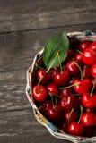 篮子用新鲜的欧洲酸樱桃 免版税库存照片