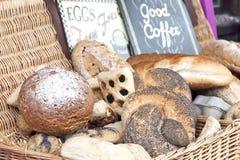 篮子用新鲜面包 免版税库存图片