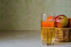 篮子用果子和杯汁液 免版税库存图片