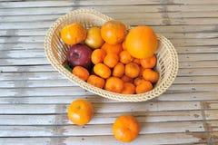 篮子用桔子和苹果计算机 库存照片