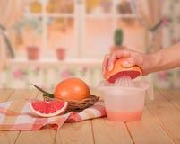 篮子用葡萄柚,片断,女性手拿着半葡萄柚 库存图片