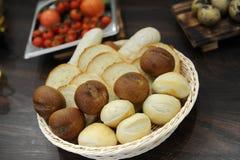 篮子用面包 麦子和黑麦面包卷,多士 图库摄影