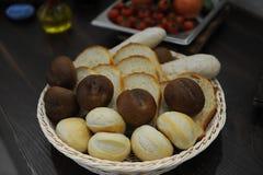 篮子用面包 麦子和黑麦面包卷,多士 免版税库存照片