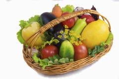 篮子用水果和蔬菜,拍摄在白色后面 免版税图库摄影