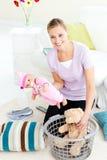 篮子白种人愉快的放置的玩具妇女 库存图片