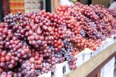 篮子的新鲜的成熟葡萄商店在坚果,曼谷,泰国的出售的 免版税库存图片