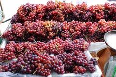 篮子的新鲜的成熟葡萄商店在坚果,曼谷,泰国的出售的 库存照片