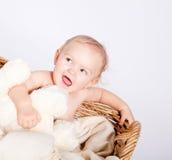篮子的逗人喜爱的矮小的小婴儿与女用连杉衬裤 免版税库存图片