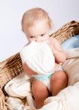 篮子的逗人喜爱的矮小的小婴儿与女用连杉衬裤 库存照片