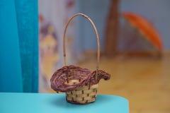篮子空的柳条 收集蘑菇的篮子 黄色篮子 免版税库存图片