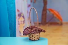 篮子空的柳条 收集蘑菇的篮子 黄色篮子 免版税图库摄影