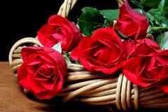 篮子红色玫瑰 库存照片