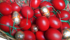 篮子红色的复活节彩蛋 免版税库存图片