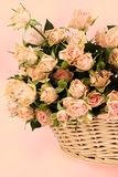 篮子美丽的米黄束玫瑰 免版税库存照片