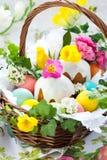 篮子蛋糕复活节彩蛋 免版税库存图片