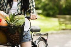 篮子被装载的健康食物 免版税库存照片