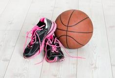 篮子运动鞋和球 库存图片