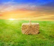篮子野餐日出 免版税库存照片