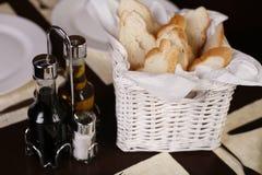 篮子面包典雅的新白色 库存照片