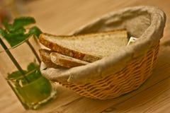篮子面包新鲜的柠檬水薄菏 库存照片