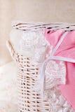 篮子鞋带洗衣店女睡衣 库存图片