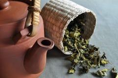 篮子黏土茶茶壶 免版税库存图片