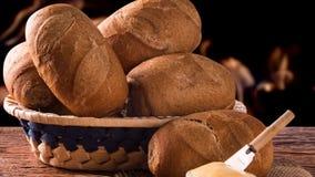 篮子`法国面包`,传统巴西谋生有火背景 股票视频